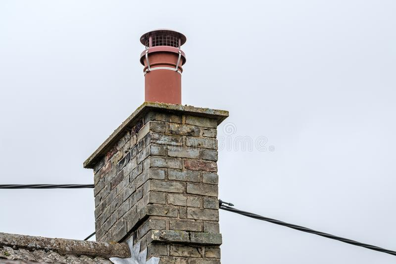 Kominowa sterta widzieć z dostosowywającym gniazdować ptasim cowl obrazy royalty free