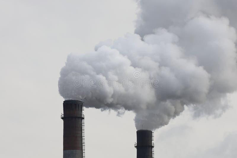 Kominy fabryczne palące z gęstym dymem Zanieczyszczenie przemysłowe powietrza, emisje z elektrowni, proble ekologii środowiska obrazy stock