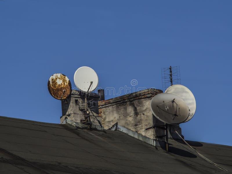 Kominy i TV anteny w starym budynku zdjęcia royalty free