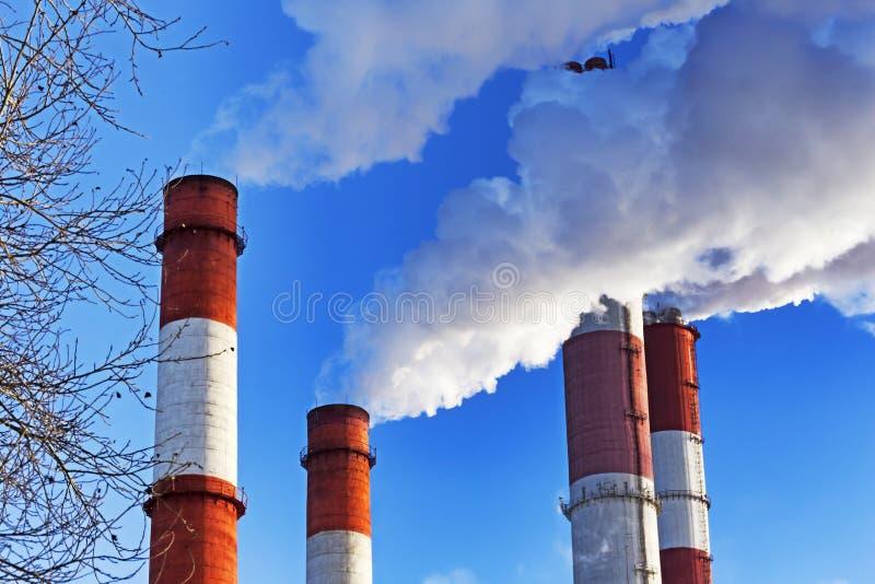 Kominy z parową produkcją termiczna elektrownia zdjęcie stock