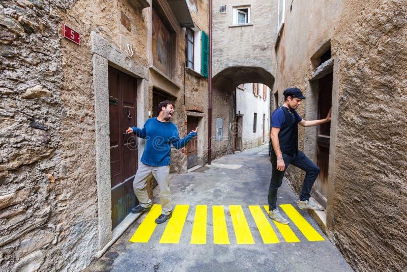 Komische Szene Konzept, Zebrastreifen in der Gasse stockfotografie