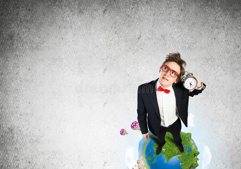 Komischer Geschäftsmann in den roten Gläsern lizenzfreie stockbilder