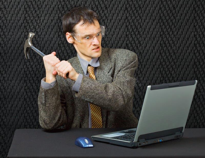 Komischer Personenbruchcomputer mit Hammer lizenzfreie stockfotos