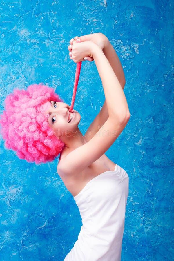 Komisches Mädchen/Frau/Jugendlicher mit rosa Perücke lizenzfreie stockfotografie
