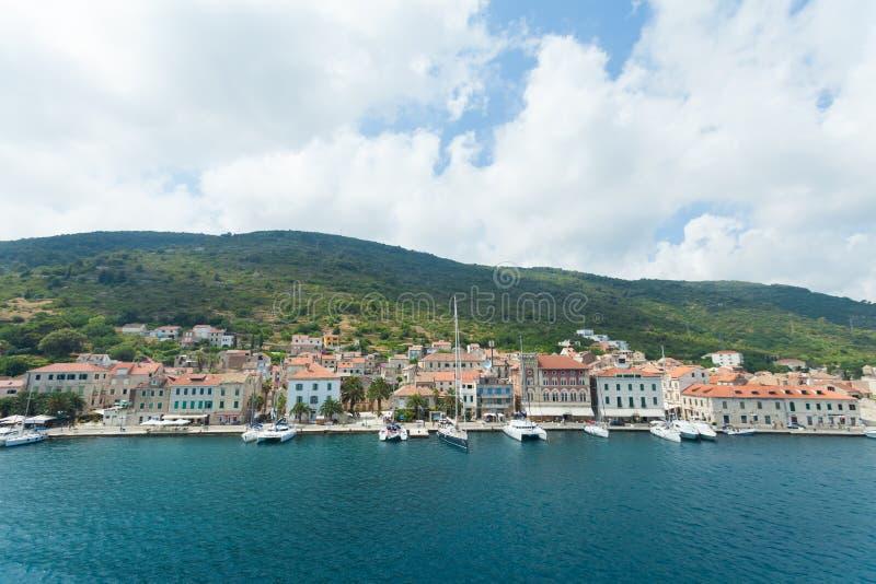 Komiza miasto na wyspy Vis w Chorwacja w Adriatyckim morzu zdjęcia royalty free