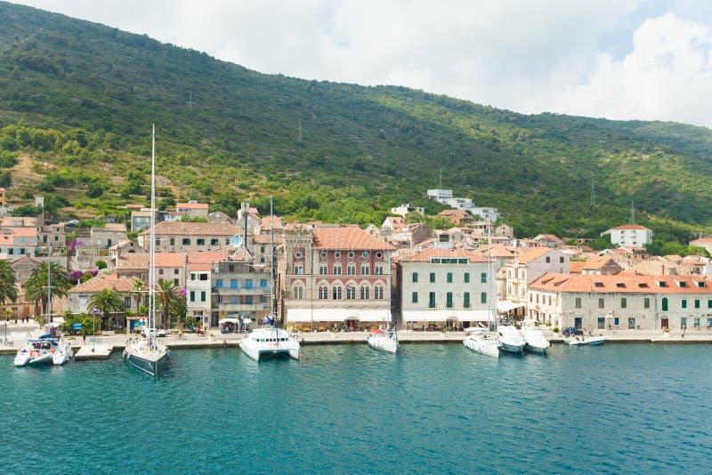 Komiza una città sulla forza dell'isola in Croazia nel mare adriatico fotografia stock libera da diritti