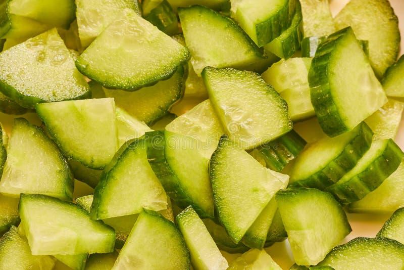 Download Komkommer Aan Stukken Wordt Gesneden Dat Stock Foto - Afbeelding bestaande uit gezondheid, close: 107705690