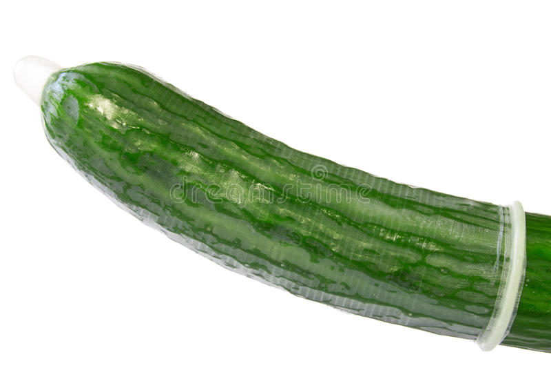 Komkommer in een condoom stock afbeeldingen