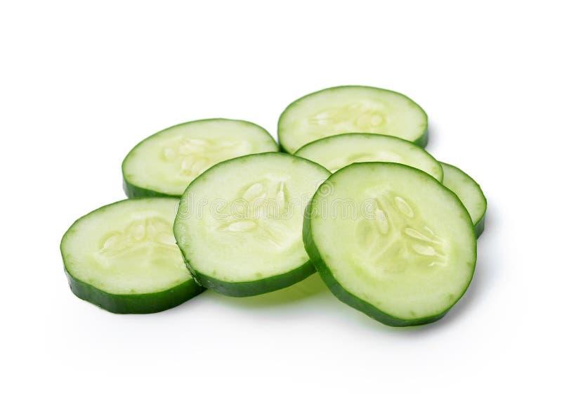 Komkommer en plakken die over witte achtergrond wordt geïsoleerd? stock foto