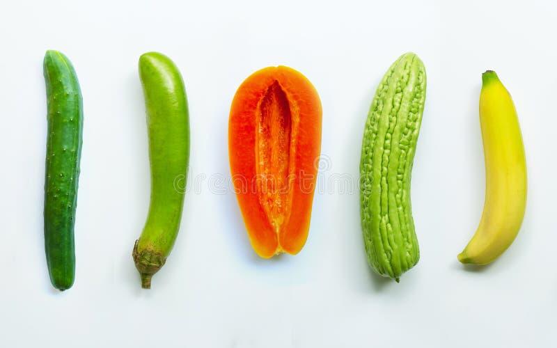 Komkommer, groene lange aubergine, rijpe papaja, bittere meloen, banaan op wit Geslachtsconcept royalty-vrije stock foto