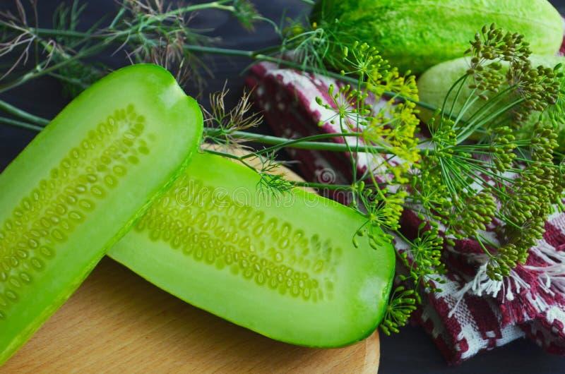 Komkommer op de scherpe raad, saladeingredi?nt, verse komkommers op een lijst wordt gesneden die stock foto's