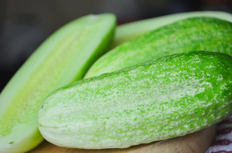 Komkommer op de scherpe raad, saladeingredi?nt wordt gesneden dat stock foto