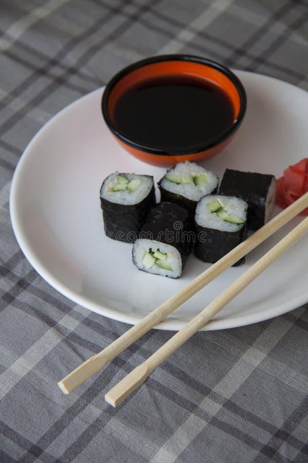 Komkommerbroodjes op plaat stock fotografie