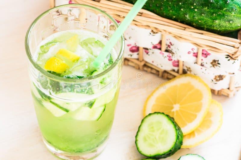 Komkommerlimonade met ijs en citroen royalty-vrije stock afbeeldingen