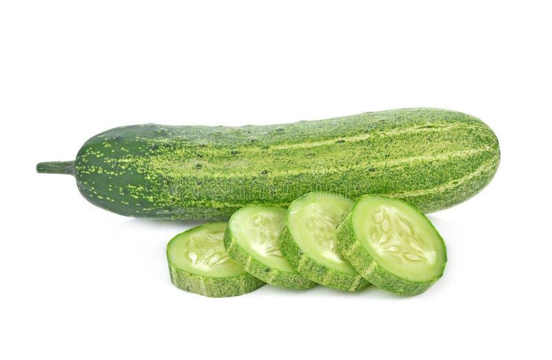 Komkommerplakken over witte achtergrond worden geïsoleerd die stock foto's