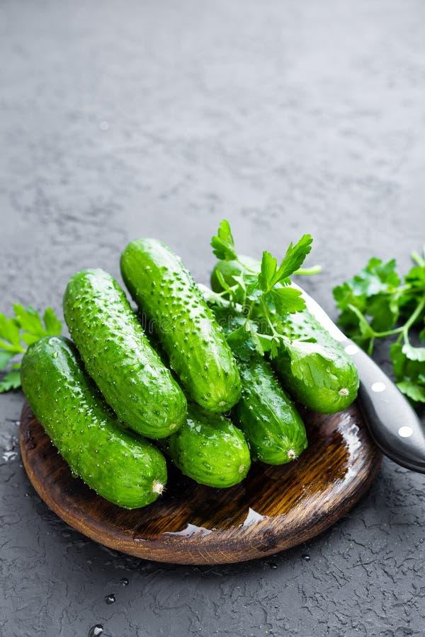 komkommers Verse komkommers op houten raad stock foto's