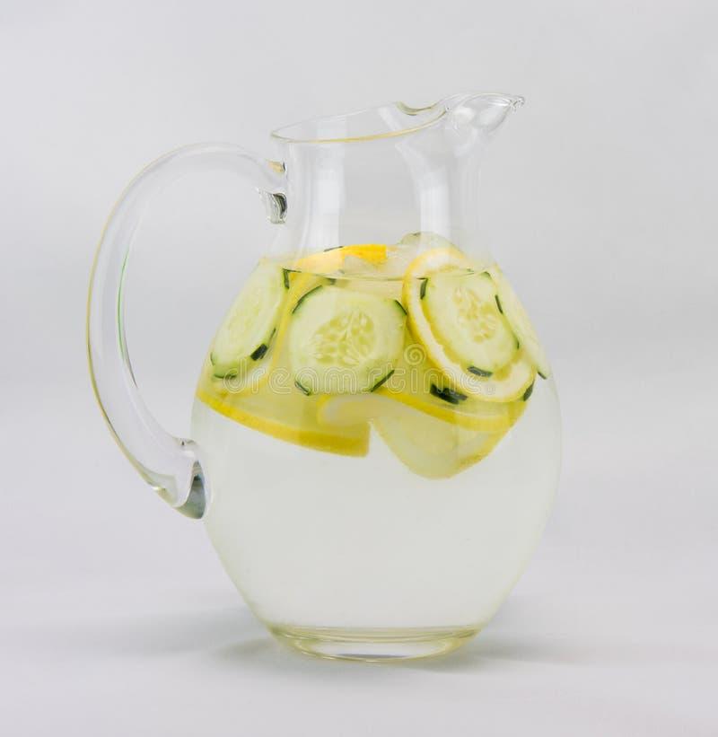 Komkommerwater in een Waterkruik stock foto's
