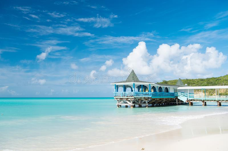 Komm och bli Den havsturkosstillhet och bungalowen terrasserar på vatten St för bungalow för hus för strand för semesterhavssand  royaltyfria foton
