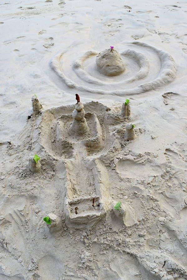 Komma med dina inre modeller för barnet ut - sandskulpturfestivalen - av templet och rockera på havsstranden - idérika uttryck arkivbild