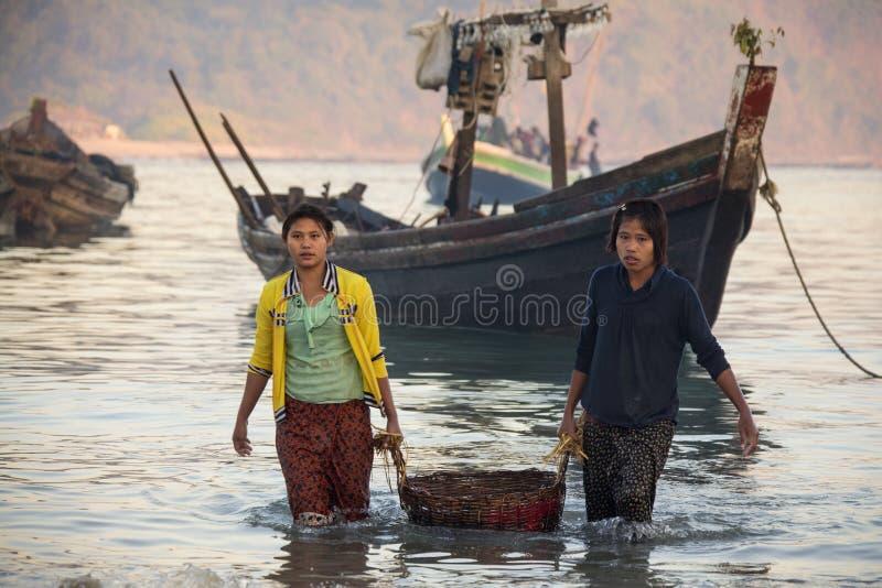 Komma med fånga ashore - den Ngapali stranden - Myanmar royaltyfri fotografi