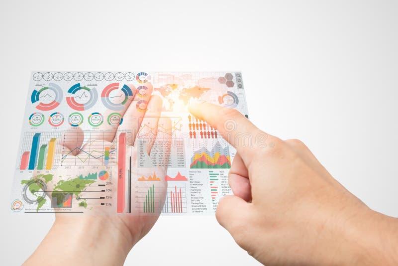 Komma med information om affärsmarknadsföringen i din hand och välj data modernt exklusivt infographic ledningdiagram arkivfoto