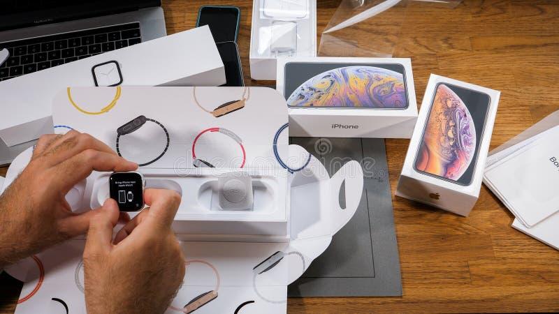Komma med iPhonen nära den Apple klockan, innan du parar, royaltyfria foton