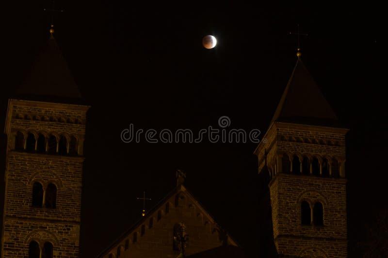 Komma till en full förmörkelse under en toppen blodvargmåne royaltyfri foto