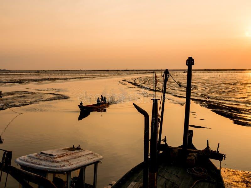 Kommande baksidahem för fiskebåt royaltyfri fotografi