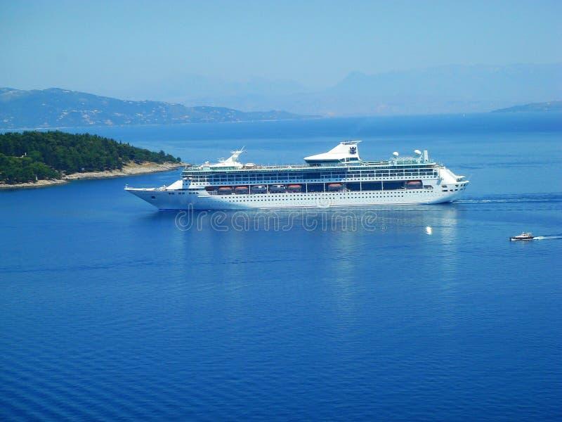 kommande docks färjer havet till royaltyfri foto