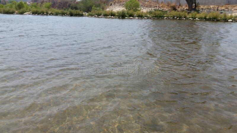 Kommande down för flod från ett berg arkivbild