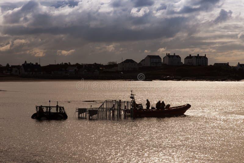 Kommande inshore Lifeboat för Trearddur fjärd ashore arkivfoto