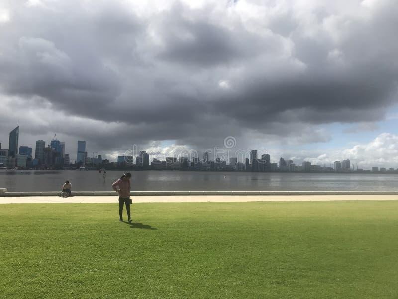 Kommande perth för storm stad vid svanfloden royaltyfri fotografi