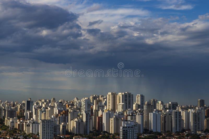 kommande storm orkan Jordning och himmel cityscape Sao Paulo stadslandskap royaltyfri bild