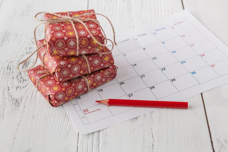 Kommande xmas-dag Markera jul datera på kalender med gåvaasken royaltyfria foton