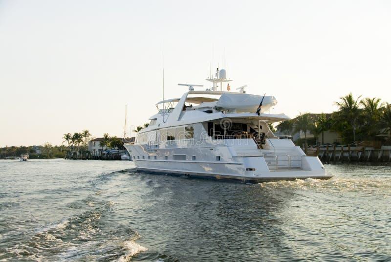 kommande yacht arkivbild