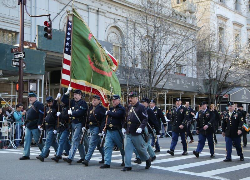 Kommandosoldater för Förenta staternaarmén som marscherar på dagen för St Patrick ` s, ståtar i New York royaltyfri fotografi