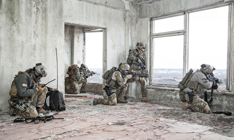 Kommandosoldater i handling arkivfoto