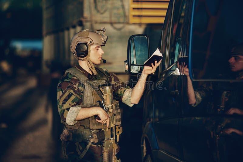 Kommandosoldater på testpunktet som stoppas för dokumentkontroller royaltyfri foto