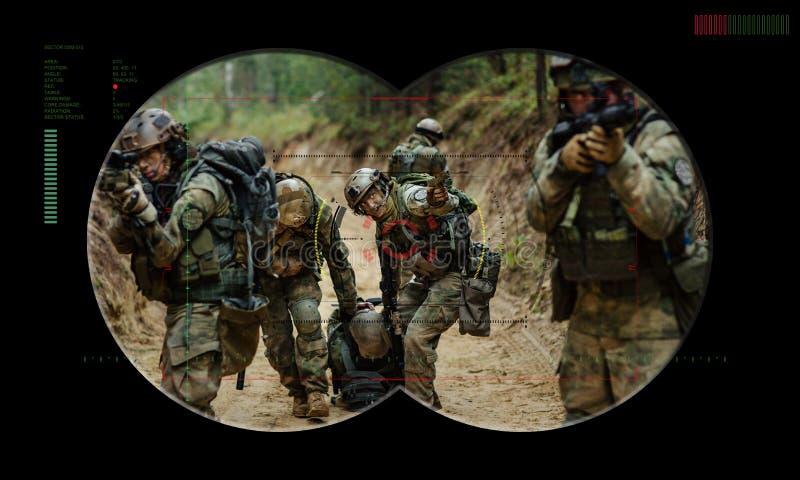 Kommandosoldatlag under räddningsaktion för gisslan för nattoperation sikt igenom fotografering för bildbyråer