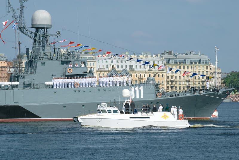 Kommandot av den skepp`-Kazanets `en välkomnar fartyget med presidenten från den ryska federationen V V putin royaltyfri foto