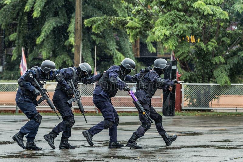 Kommandoutbildning, speciala operationer polisen, polisen stålsätter handbojor, den arresterade polisen arkivbilder