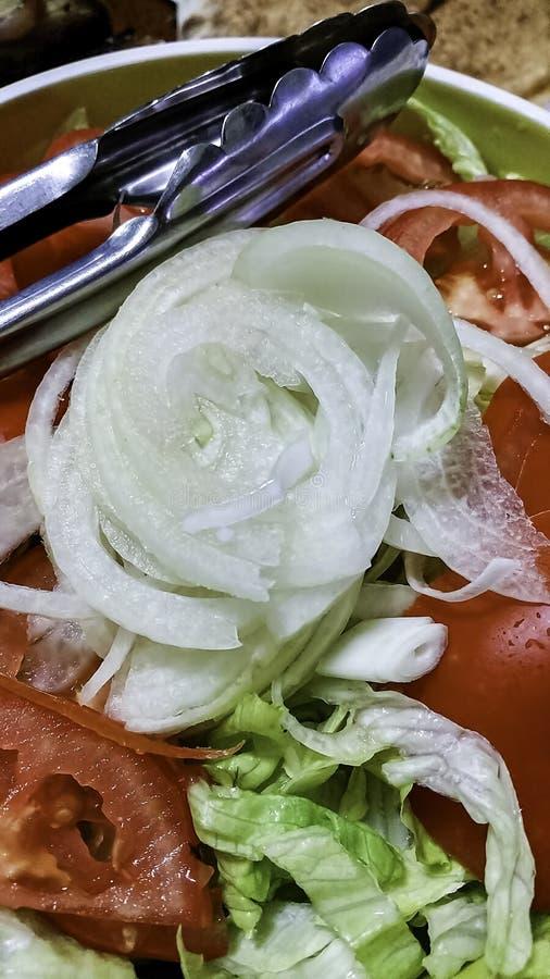 Kommelvulling met vers gesneden sla, tomaten en witte uien royalty-vrije stock foto's