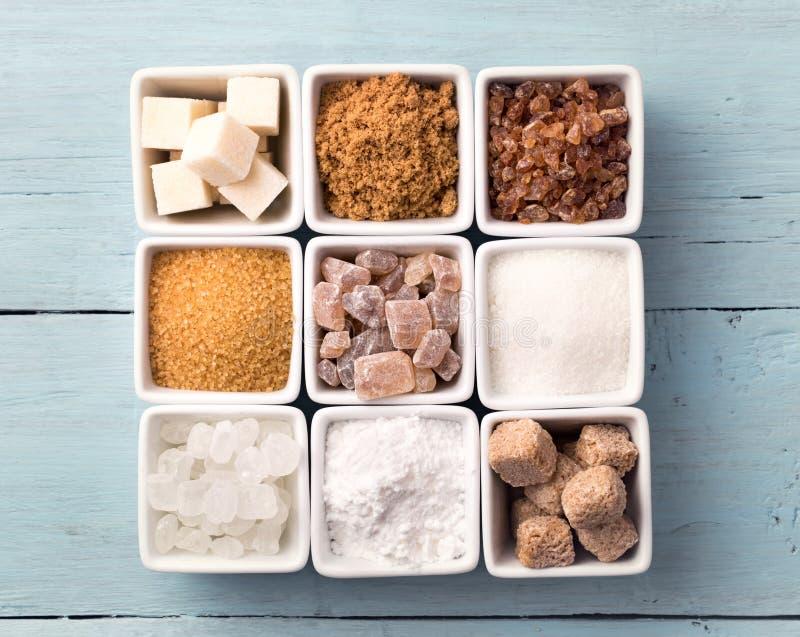 Kommen van diverse soorten suiker stock foto