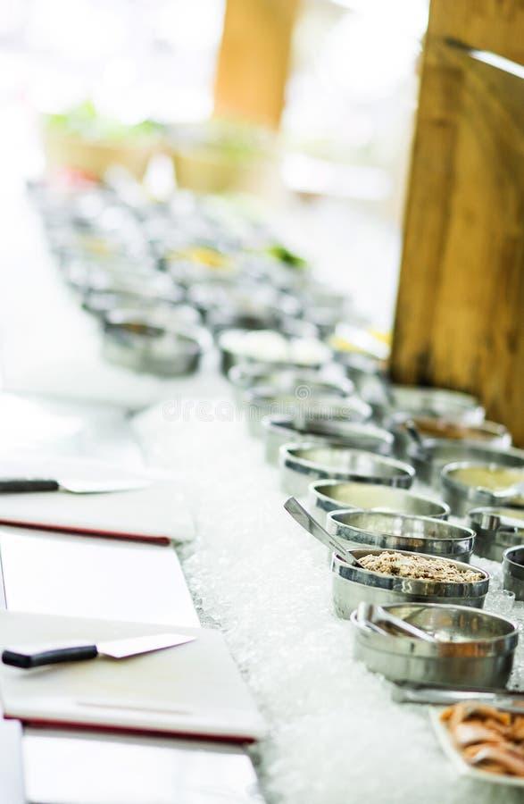 Kommen van gemengde verse organische groenten in de vertoning van de saladebar royalty-vrije stock fotografie