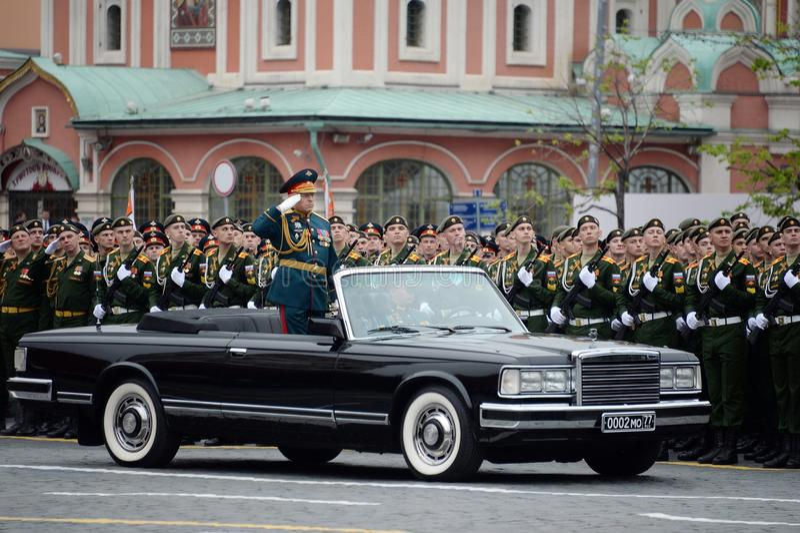 Kommendörkaptenen av ståtaöverbefälhavaren av armén Överste-allmänna Oleg Salyukov på repetitionen av segern ståtar royaltyfri foto