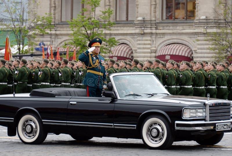 Kommendörkaptenen av ståtaöverbefälhavaren av armén Överste-allmänna Oleg Salyukov på repetitionen av segern ståtar royaltyfria foton