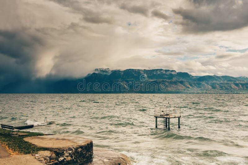 Kommender Sturm über Genfersee stockfoto