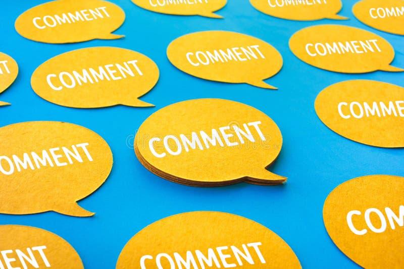 Kommentarkonzepte mit gelbem Schwätzchen, Spracheblasenikonen auf blauem Farbhintergrund lizenzfreie stockfotografie
