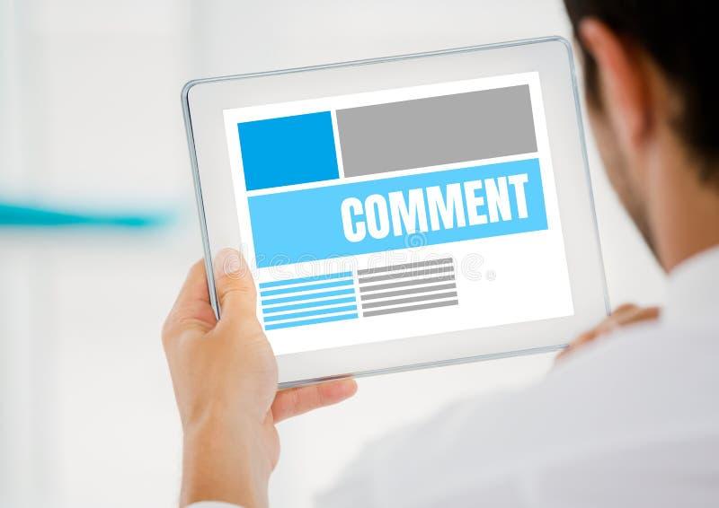 Kommentartext und -graphik auf Tablettenschirm mit bemannt Hände lizenzfreie abbildung