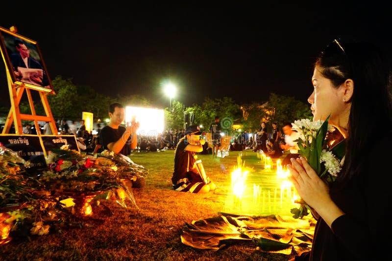 Kommer iklädd svart för thailändskt folk att erbjuda beklagande för den sena konungen Bhumibol Adulyadej för Thailand ` s royaltyfria bilder